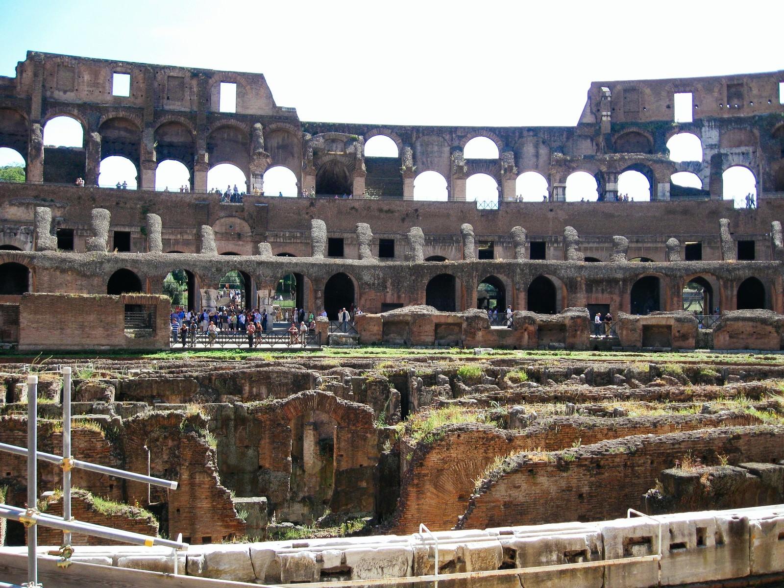 「円形闘技場跡の壁や柱(コロッセオ)」の写真