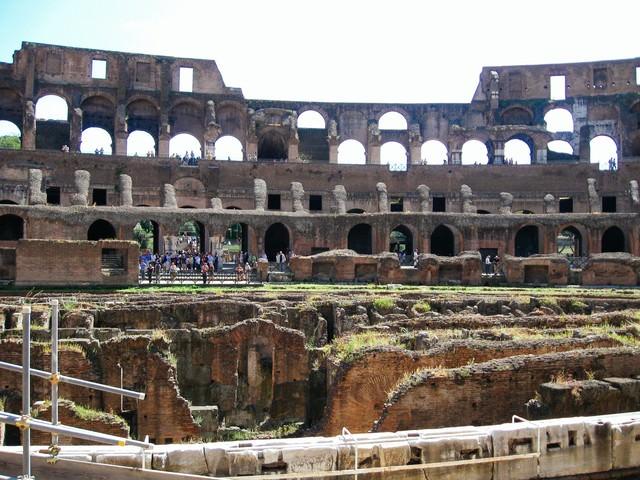 円形闘技場跡の壁や柱(コロッセオ)の写真
