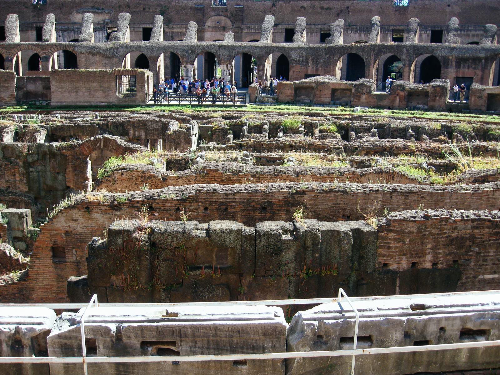 「コロッセオのアリーナ部分(イタリア)」の写真