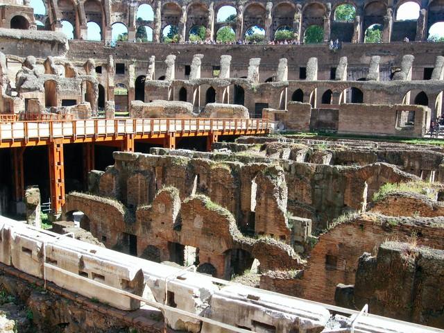 世界遺産のコロッセオ闘技場跡の写真