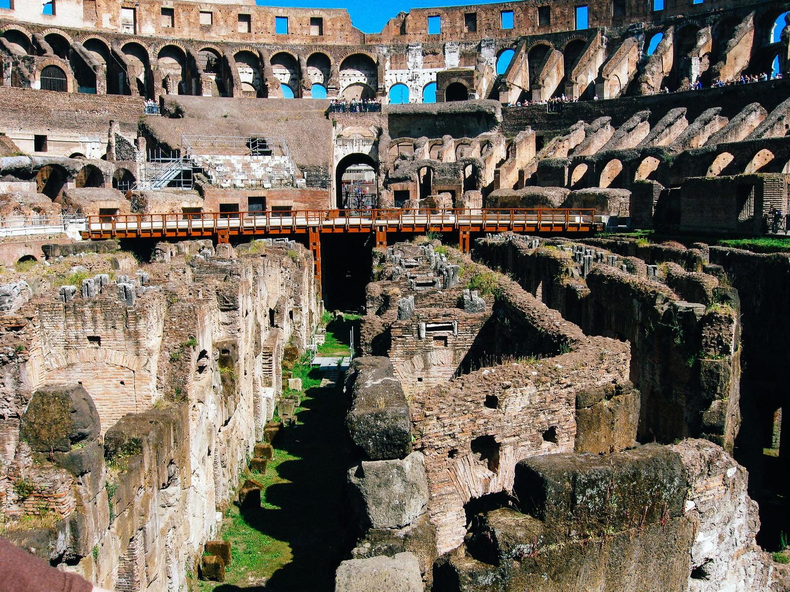 「コロッセオの地下跡を覗く観光客(イタリア)」の写真
