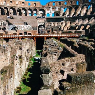 コロッセオの地下跡を覗く観光客(イタリア)の写真