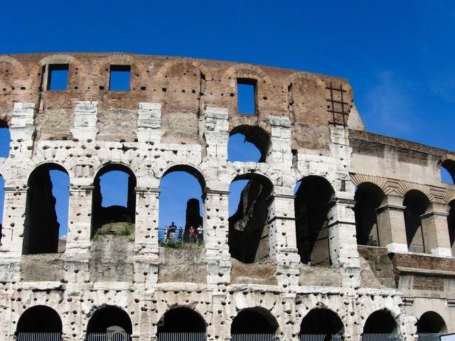 コロッセオ(闘技場)と観光客の写真