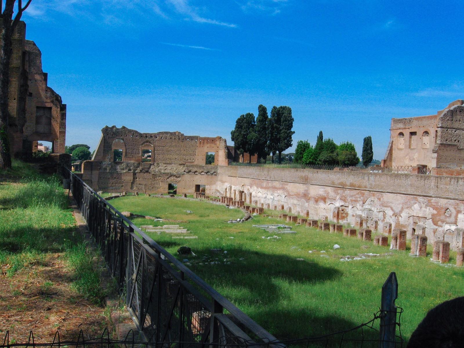 「古代ローマの歴史、フォロ・ロマーノ遺跡の壁や柱(イタリア)」の写真