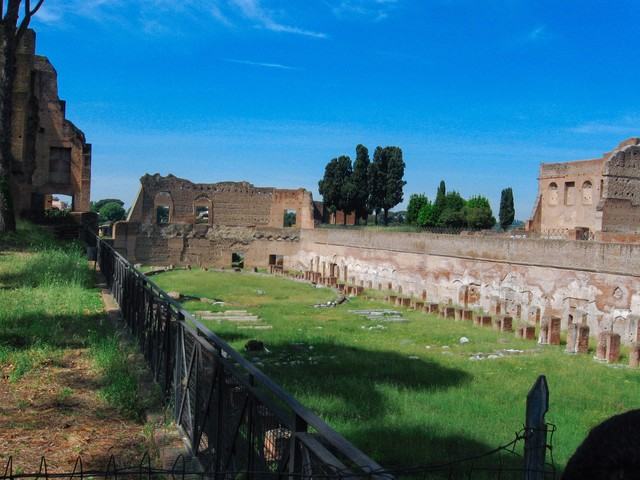 古代ローマの歴史、フォロ・ロマーノ遺跡の壁や柱(イタリア)の写真