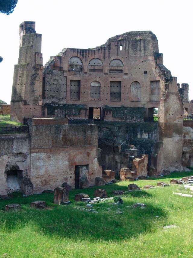 フォロ・ローマ遺跡の崩れかけた建造物(イタリア)の写真
