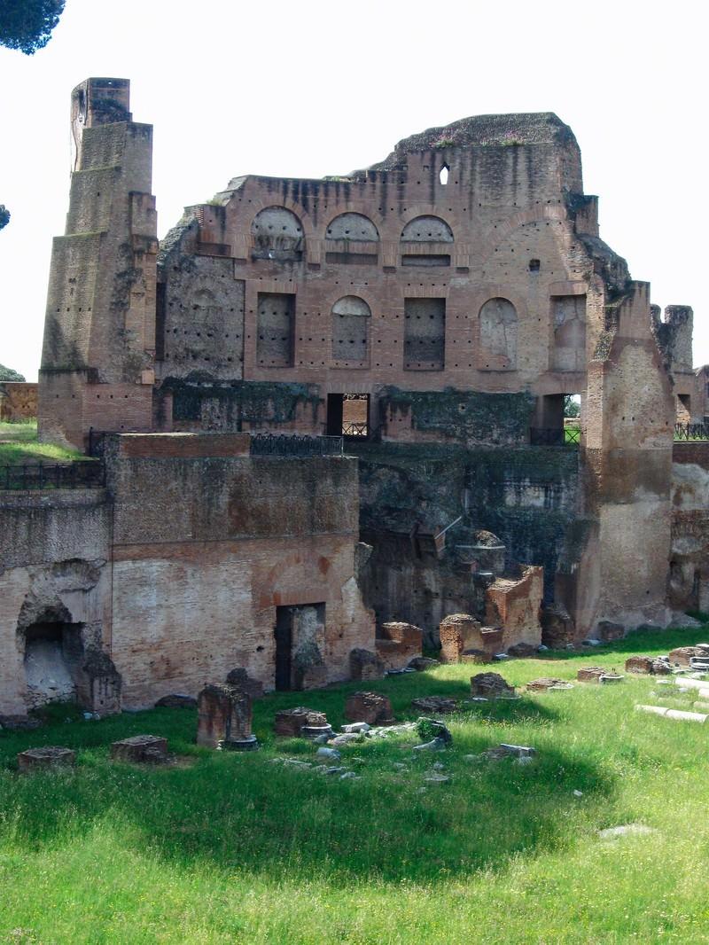 「フォロ・ローマ遺跡の崩れかけた建造物(イタリア)」の写真