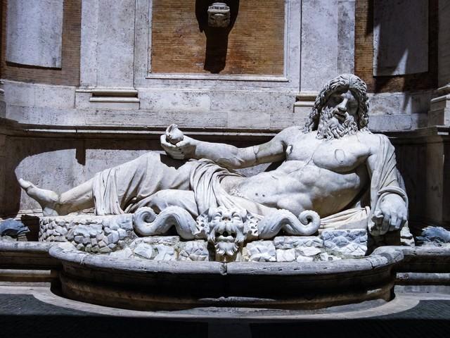 横たわる男性の石像 (ローマ)の写真
