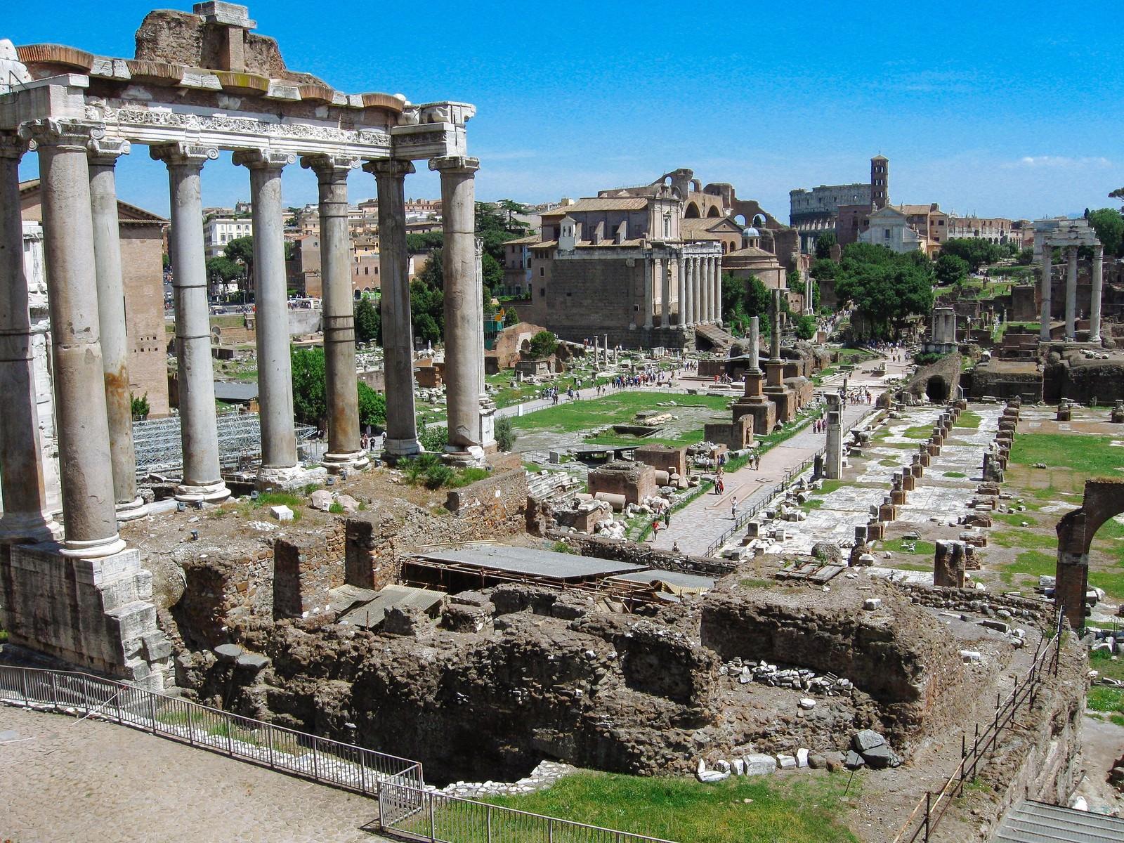 「フォロ・ロマーノ遺跡の巨大な柱(ローマ)」の写真