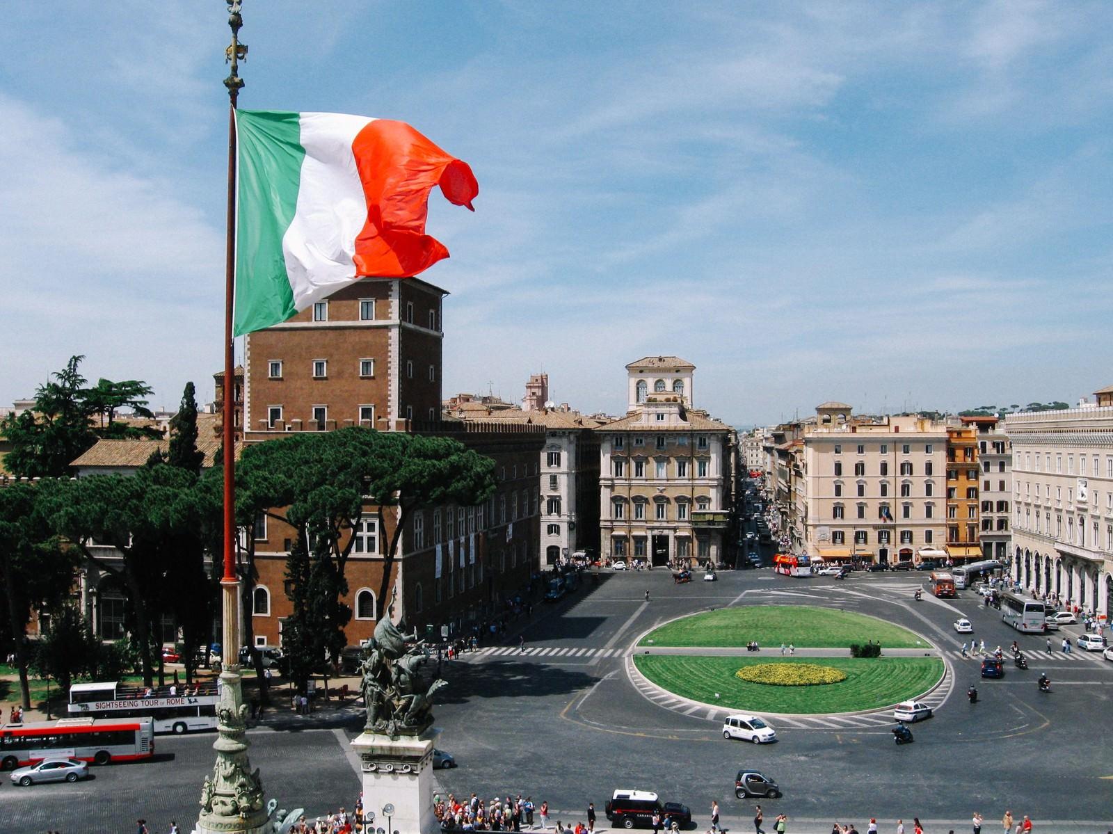 「ローマの街並みと国旗(イタリア)」の写真