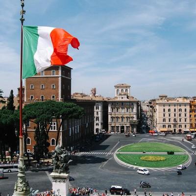 ローマの街並みと国旗(イタリア)の写真