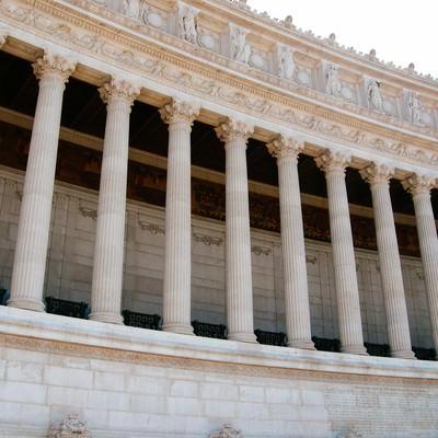 ローマ建築の彫刻された柱(イタリア)の写真