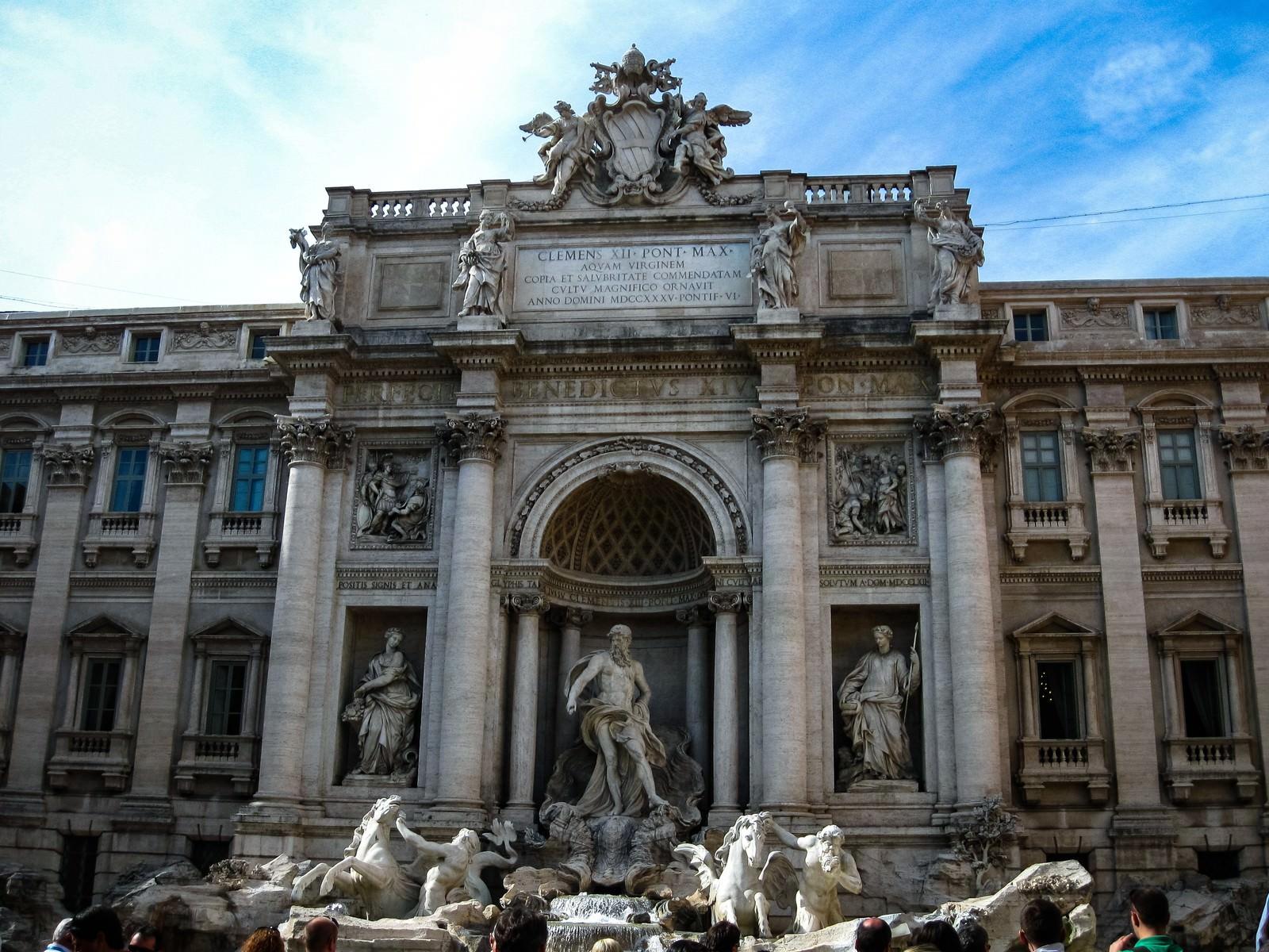 「ローマにあるトレヴィの泉と彫刻像(イタリア)」の写真