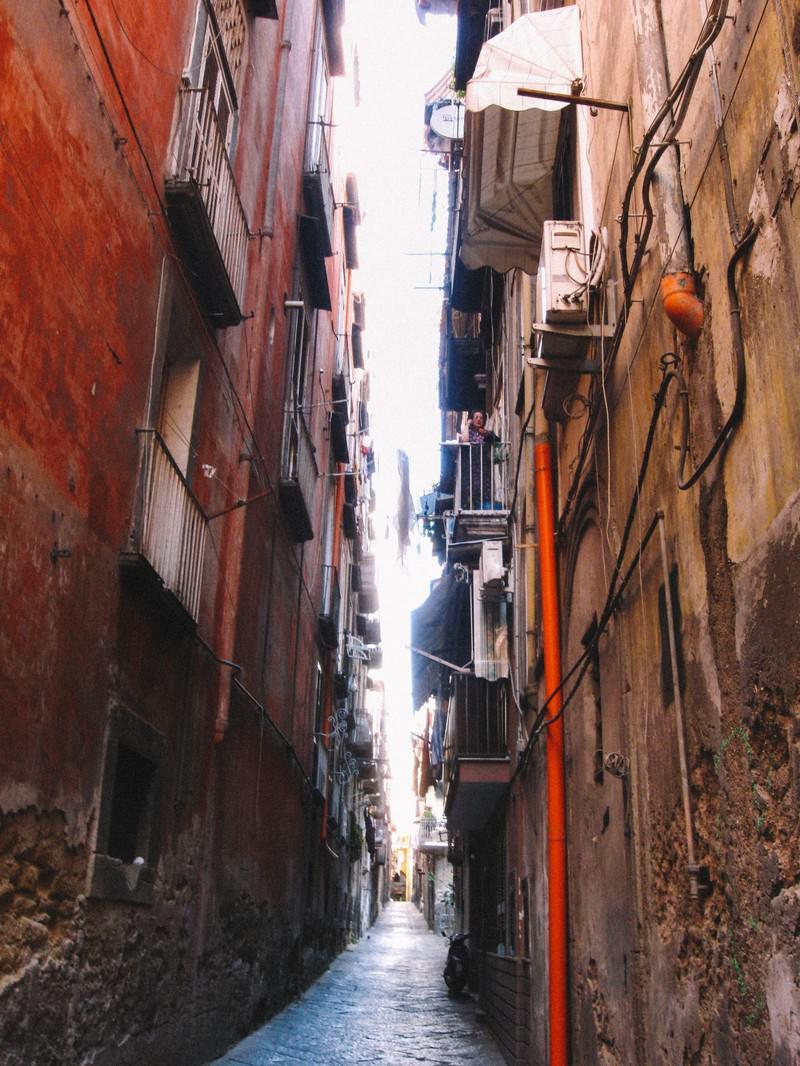 「古いアパートとアパートの間」の写真