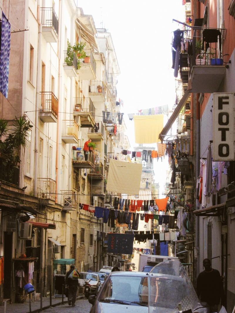 「路地裏の頭上に干される洗濯物(イタリア)」の写真
