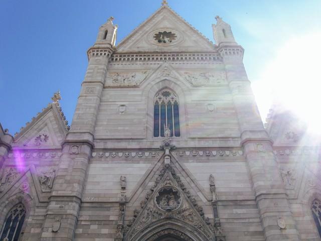 歴史ある彫刻された大聖堂の外壁(イタリア)の写真