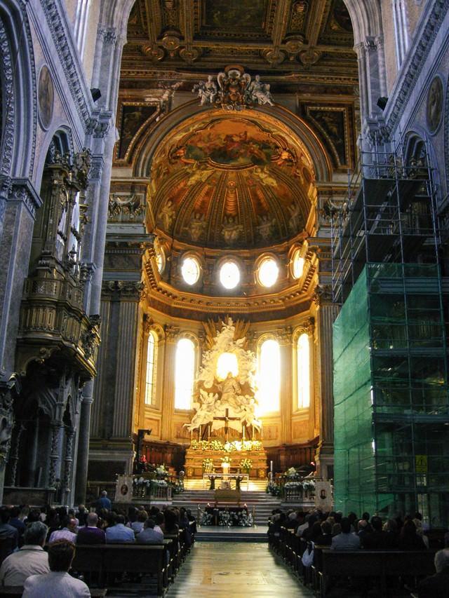 大聖堂内部と参拝者(イタリア)の写真