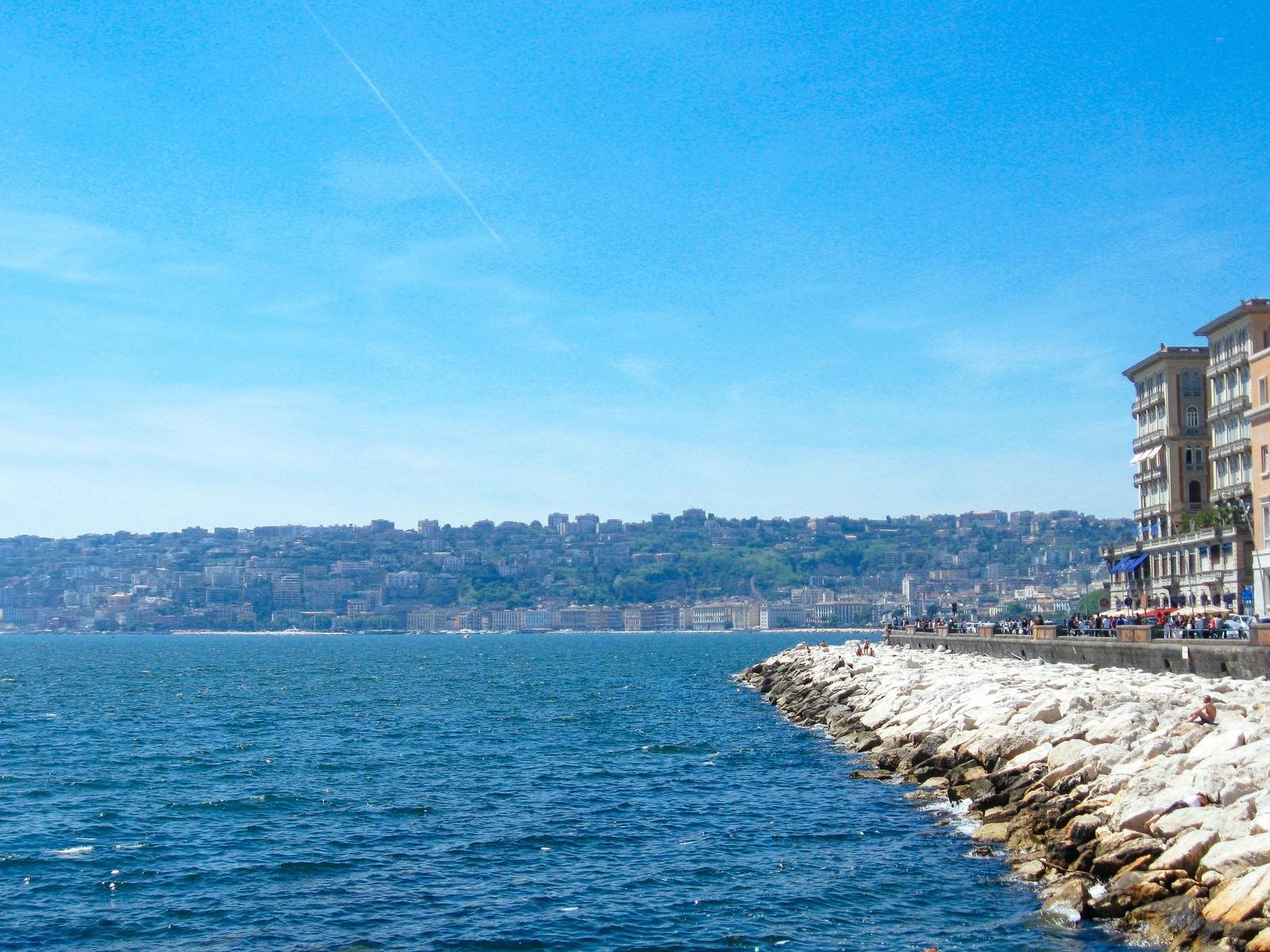 「ナポリの海と街並み(イタリア)」の写真
