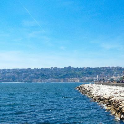 ナポリの海と街並み(イタリア)の写真