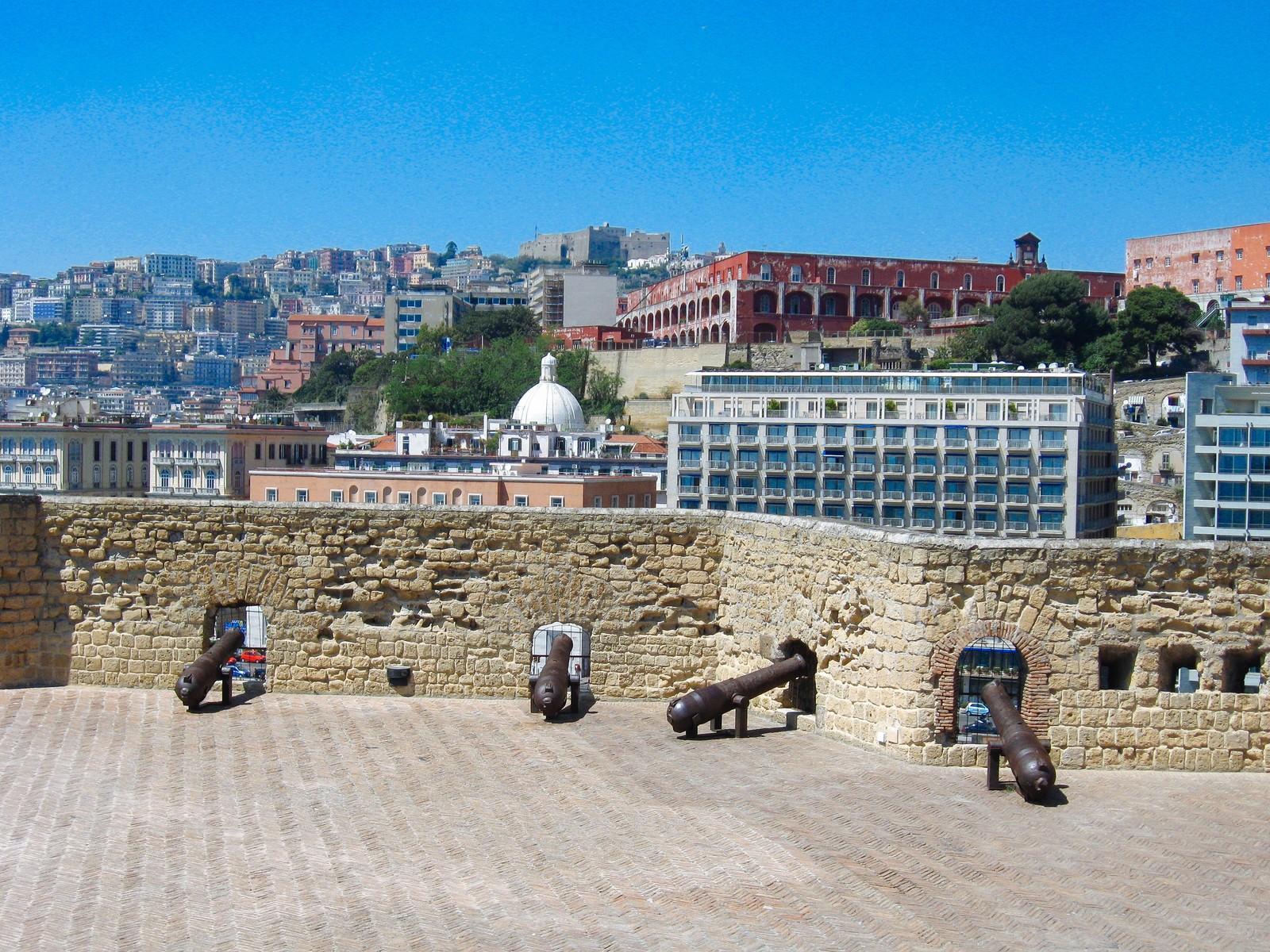 「大砲とナポリの街並み(イタリア)」の写真
