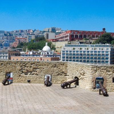 大砲とナポリの街並み(イタリア)の写真