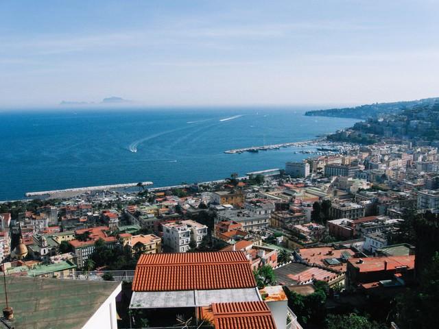 ナポリの海と眼下に広がる街並み(イタリア)の写真