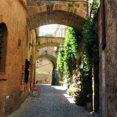 ルヴィエートの路地裏に差し込む光(イタリア)の写真