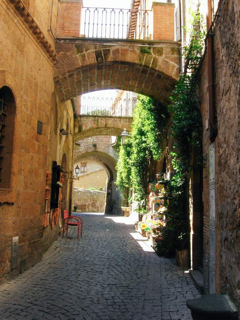 「ルヴィエートの路地裏に差し込む光(イタリア)」の写真