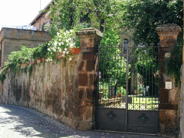 オルヴィエートの高い壁から覗く庭先(イタリア)の写真