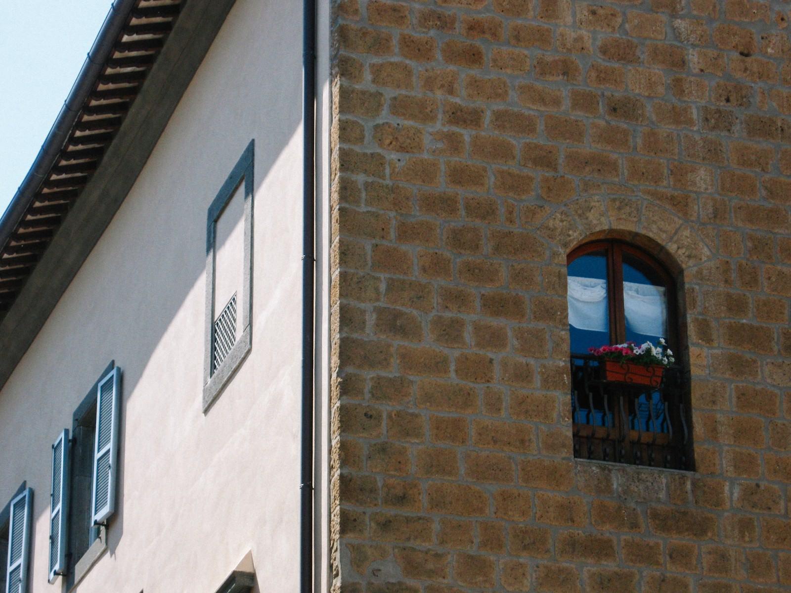 「オルヴィエートの街角にある建物(イタリア)」の写真