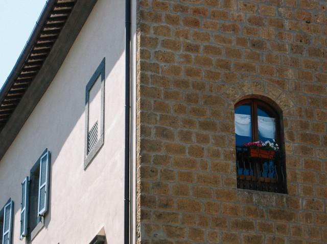 オルヴィエートの街角にある建物(イタリア)の写真