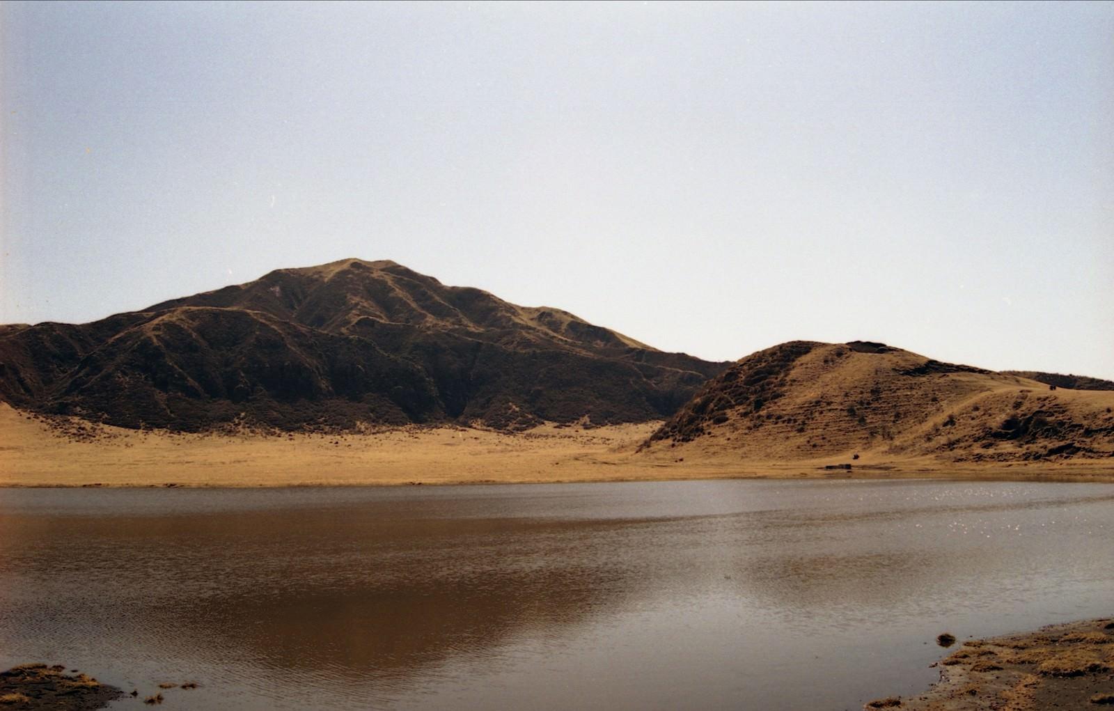 「湖面におちる山の影と湖」の写真