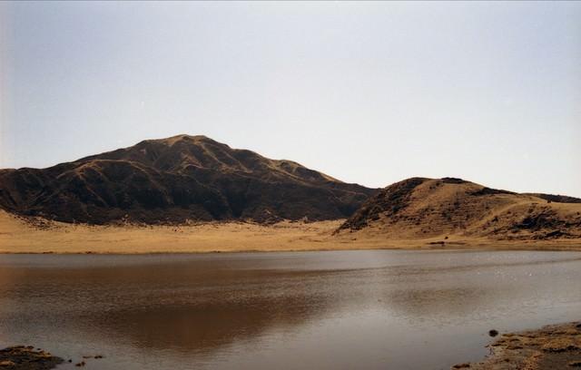 湖面におちる山の影と湖の写真