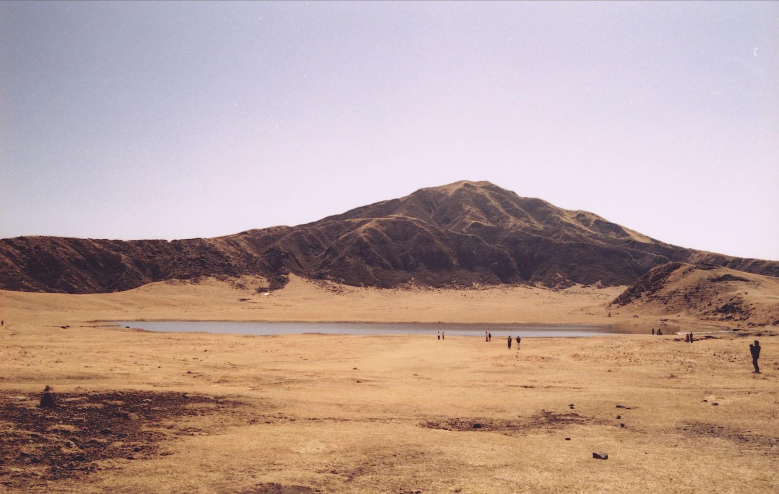 「麓の湖畔に集まる観光客」の写真