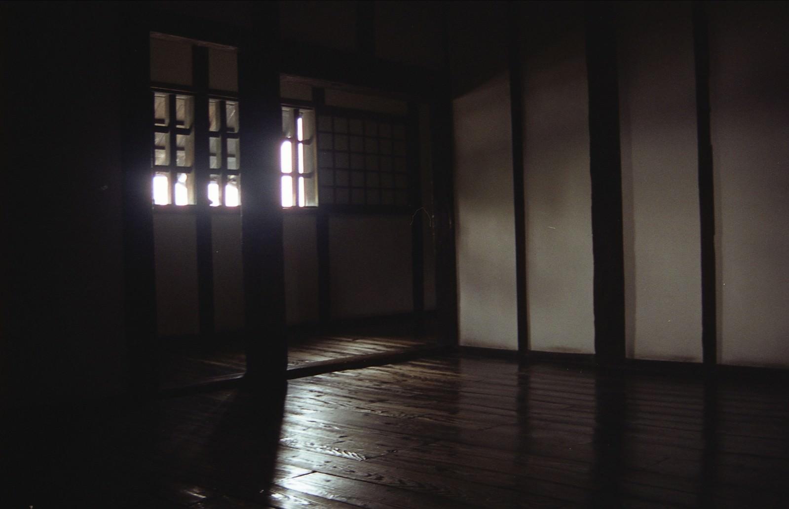 「城内の板間に射し込む光」の写真