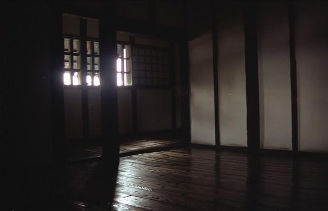 城内の板間に射し込む光の写真