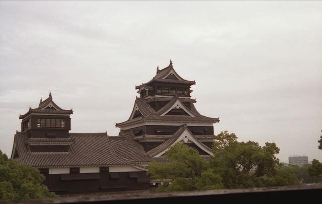 遠景の熊本城の写真