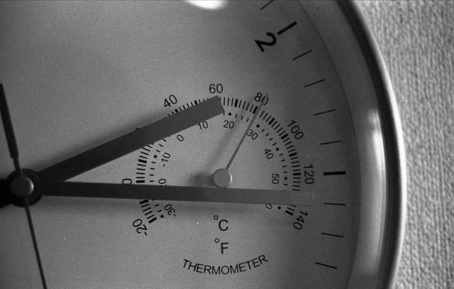 時計の針と温度計測の写真