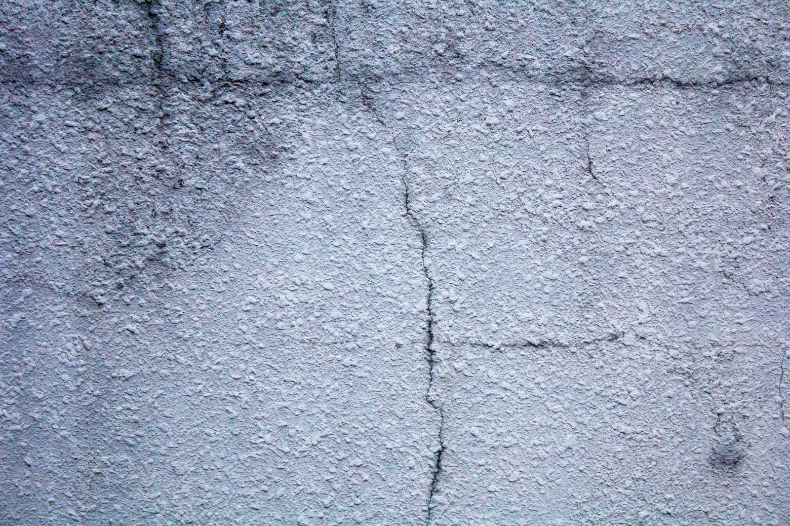 「ひび割れたコンクリートの壁」の写真