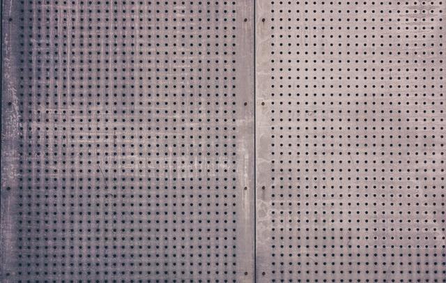 穴の空いた板(テクスチャー)の写真
