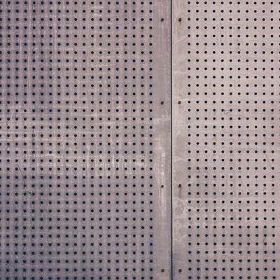 「穴の空いた板(テクスチャー)」の写真素材