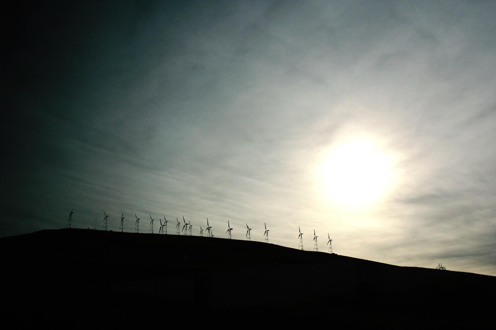 「丘の上の風力発電」の写真