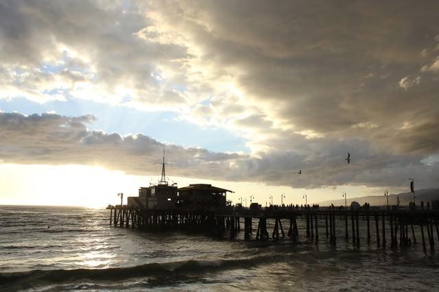 日が沈む海の写真
