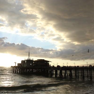 「日が沈む海」の写真素材