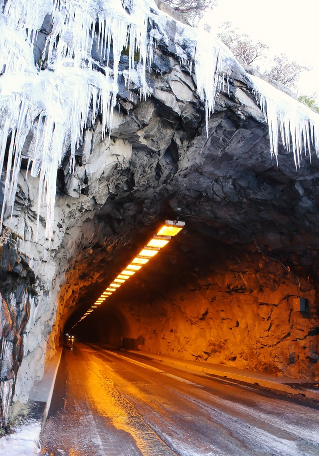 凍ったトンネルの入り口とツララの写真