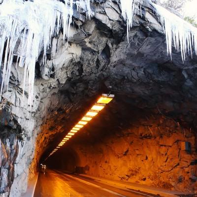 「凍ったトンネルの入り口とツララ」の写真素材