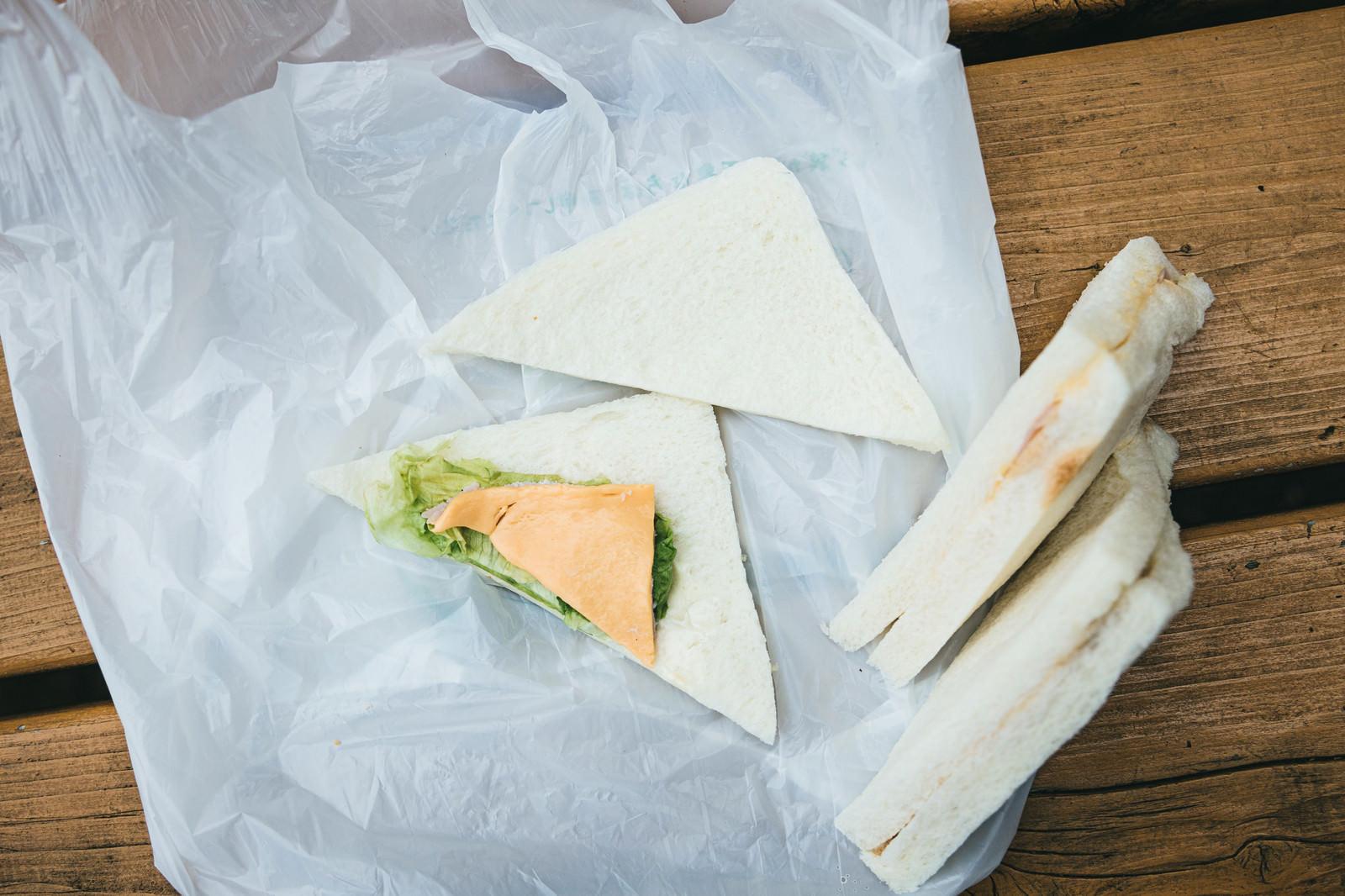 「サンドイッチを開いてみたら中身の具がスカスカだった」の写真