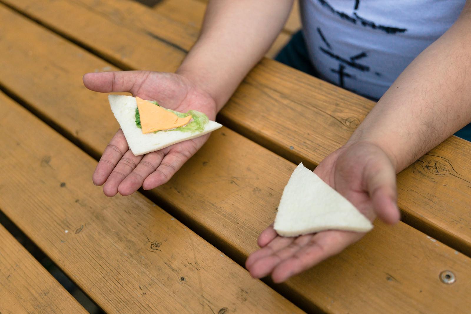 「具の少ないサンドイッチに憤り」の写真