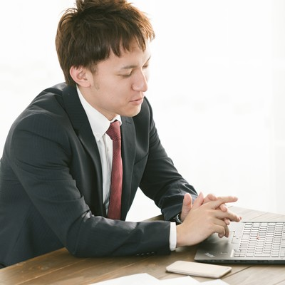 「最適なプランを提供しますと営業中の会社員」の写真素材