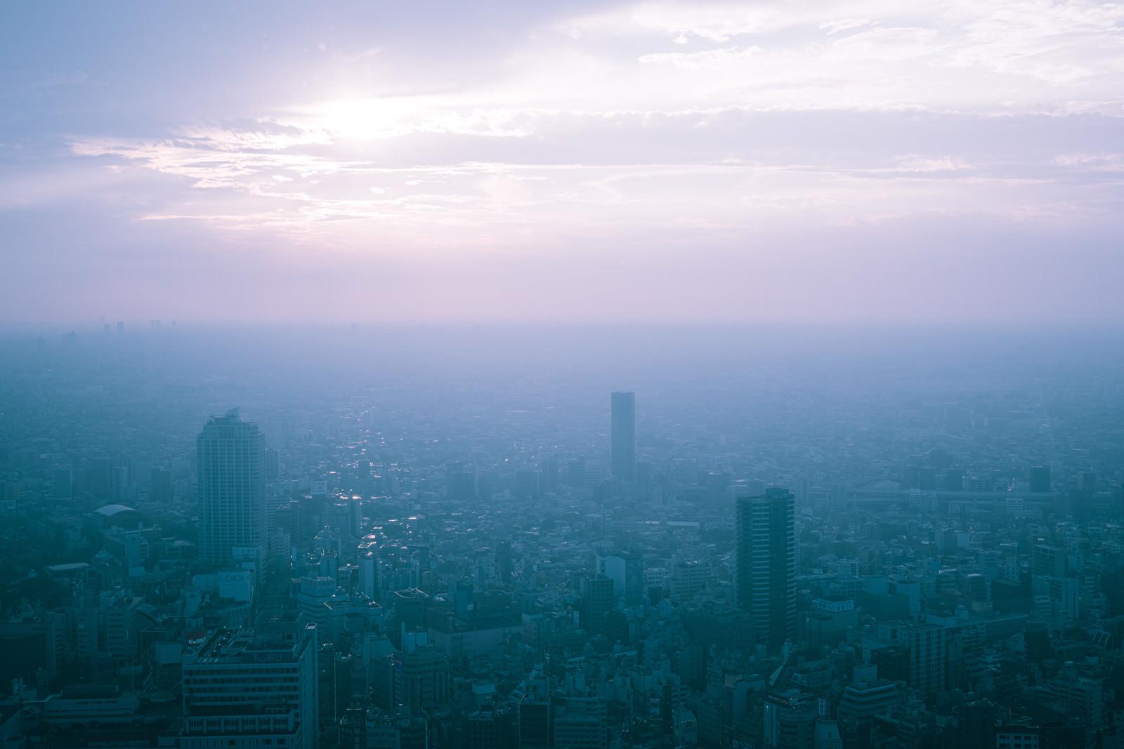 塵でスモークがかった大都会のフリー素材